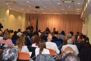 Foto general de publico y conferenciates tomada con el publico de espaldas