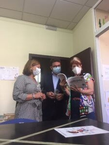 Charo Cantera presidenta de Ápice enseña la guía a Carmen Santa María y Manuel Benjumea